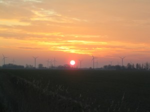 sumber gambar: http://upload.wikimedia.org/wikipedia/commons/8/83/Wind_turbine_dawn.JPG